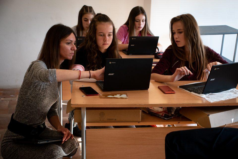 """Успешният образователен модел 1:1 разширява обхвата си сред българските училища, благодарение на партньорство между Центъра за творческо обучение и Фондация """"Америка за България"""""""